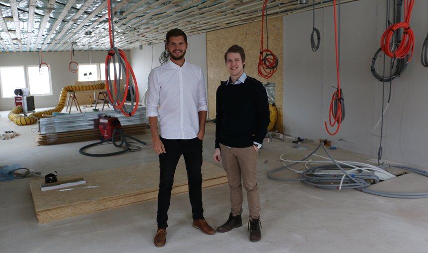 Jens Lundqvist och Samuel Holmström i den påbörjade utbyggnationen.