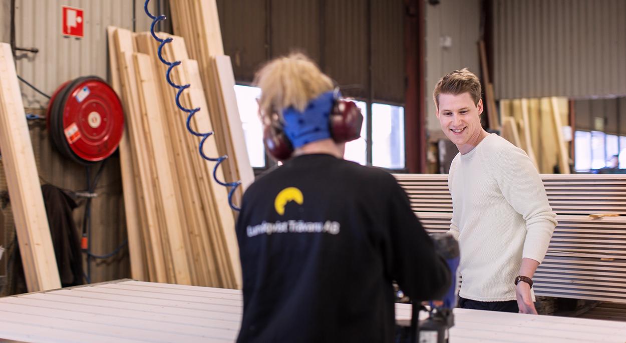 Samuel Holmström vid väggblocksstationen på Lundqvist Trävaru AB när det tillverkas ett garage.