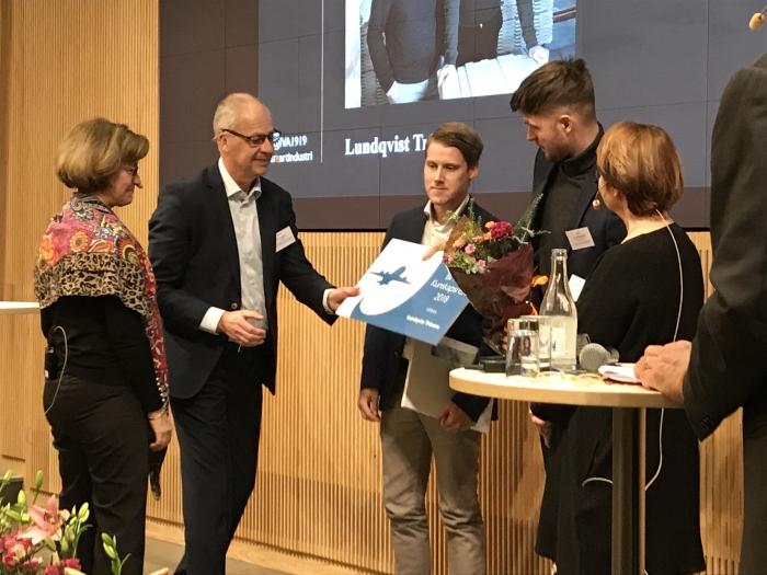 Siemens Göran Persson delar ut priset för Smart Industri till Samuel Holmström och Jens Lundqvist.