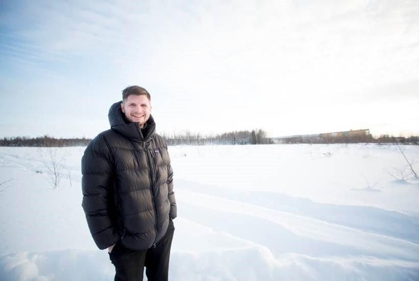 Jens Lundqvist, vice VD på Lundqvist Trävaru AB visar platsen för den 40000 kvm stora tomten företaget förvärvar och planerar att uppföra den nya fabriken på.