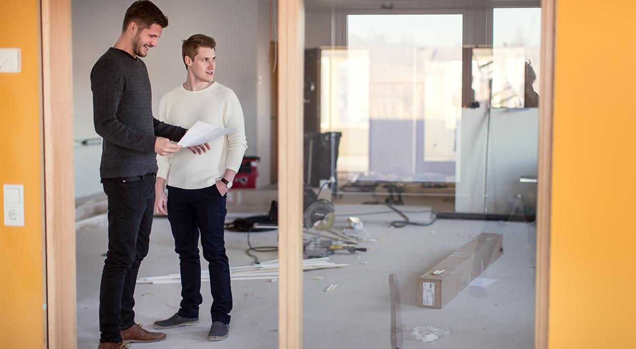 Jens och Samuel på Lundqvist Trävaru AB planerar ett bygge.
