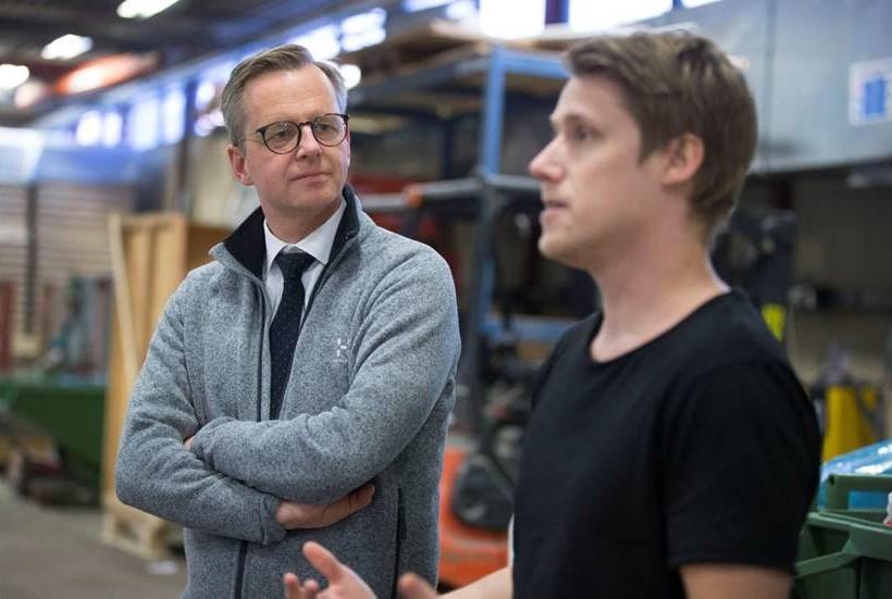 Mikael Damberg liftade från Skellefteå till Piteå för att besöka det hyllade bolaget Lundqvist Trävaru för att få veta mer om dess strävan att förändra byggbranschen.
