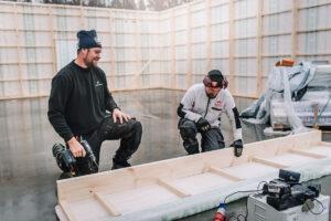 snickare som monterar Lundqvist Trävarus garage