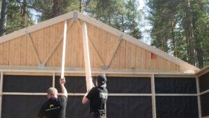 montering av gavelspets på en byggnad från Lundqvist Trävaru