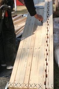 förbereder takstolar genom att märka ut bärläkt