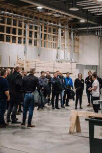 Samuel Holmström håller rundvandring i Lundqvist Trävarus nya fabrik