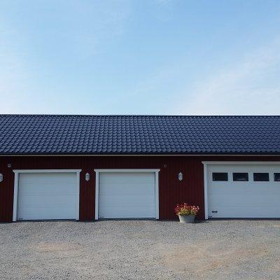 Garage med plats för bilar!