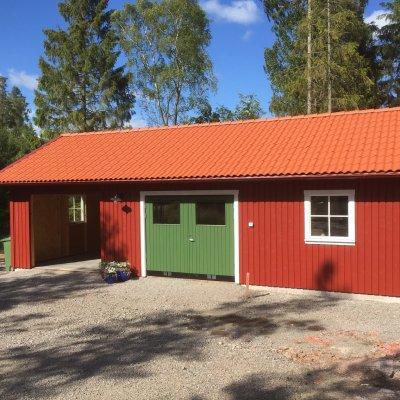 Garage med täckt carport