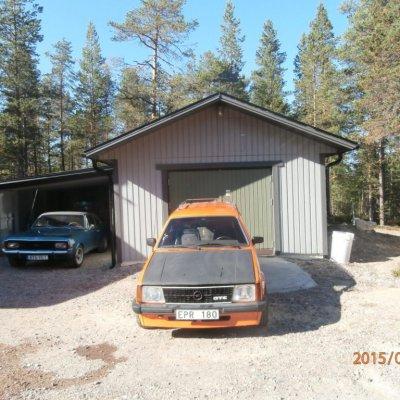 Garage och vidbyggd carport