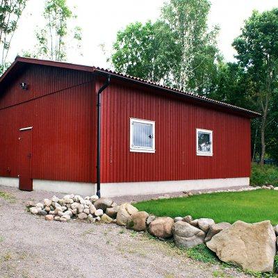 Rött stall med förhöjd sockel