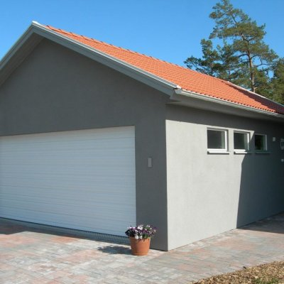 Garage med putsad fasad