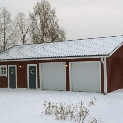 Garage med infart på långsida
