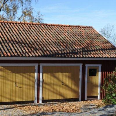 Garage med gula slagportar