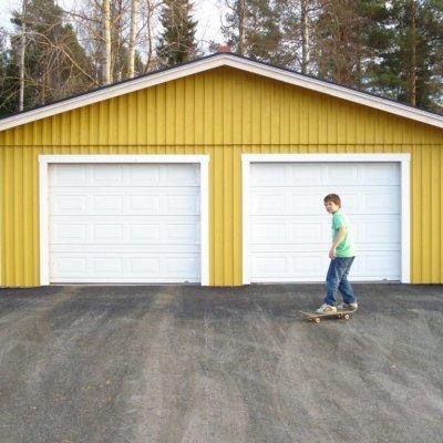 Garage med asfalterad uppfart