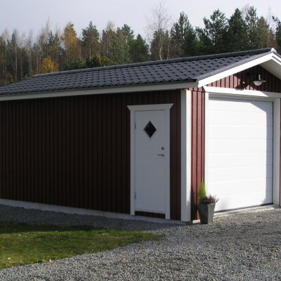 Garage med en slät vit port