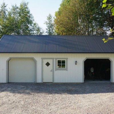 Garage med carport och förråd